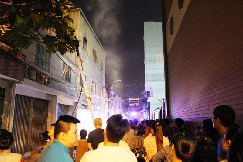 Cháy trung tâm bảo hành xe cạnh cây xăng, người dân hoảng loạn - ảnh 2
