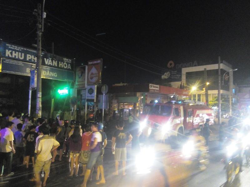 Cháy trung tâm bảo hành xe cạnh cây xăng, người dân hoảng loạn - ảnh 3