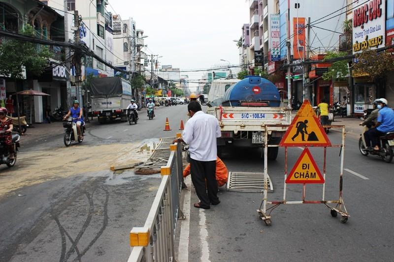 Xe tải 'đấu đầu' taxi sau khi húc văng 10 m dải phân cách - ảnh 1
