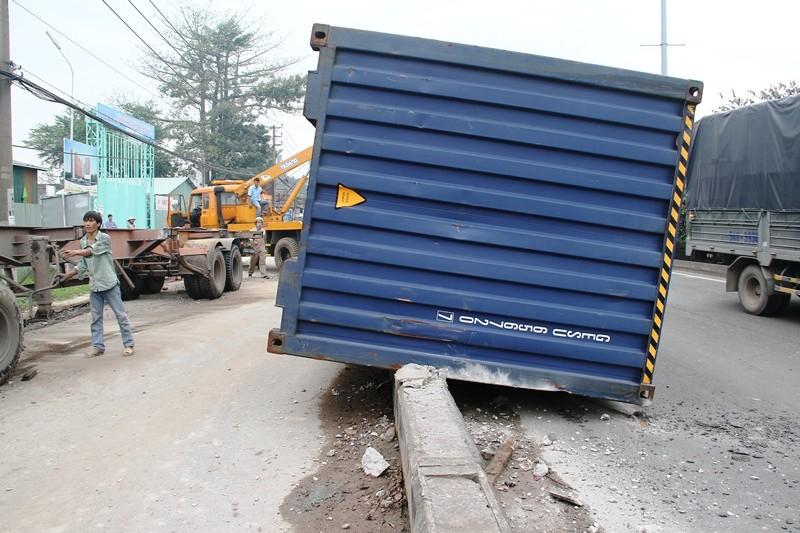 Xe đầu kéo tông nát dải phân cách, thùng container rơi xuống đường - ảnh 2