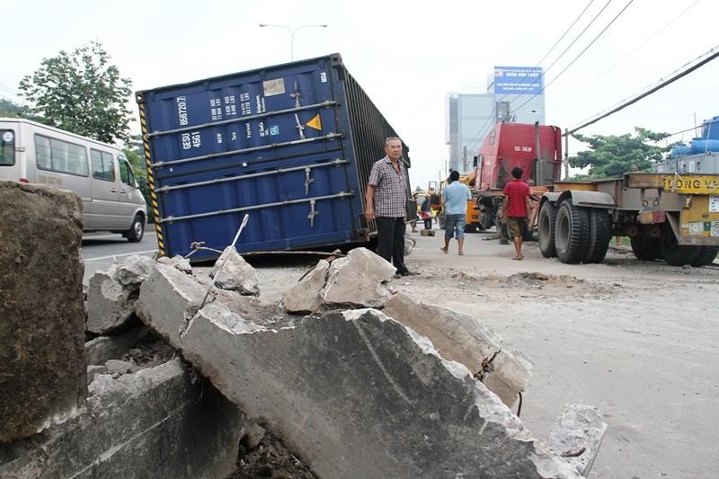 Xe đầu kéo tông nát dải phân cách, thùng container rơi xuống đường - ảnh 3