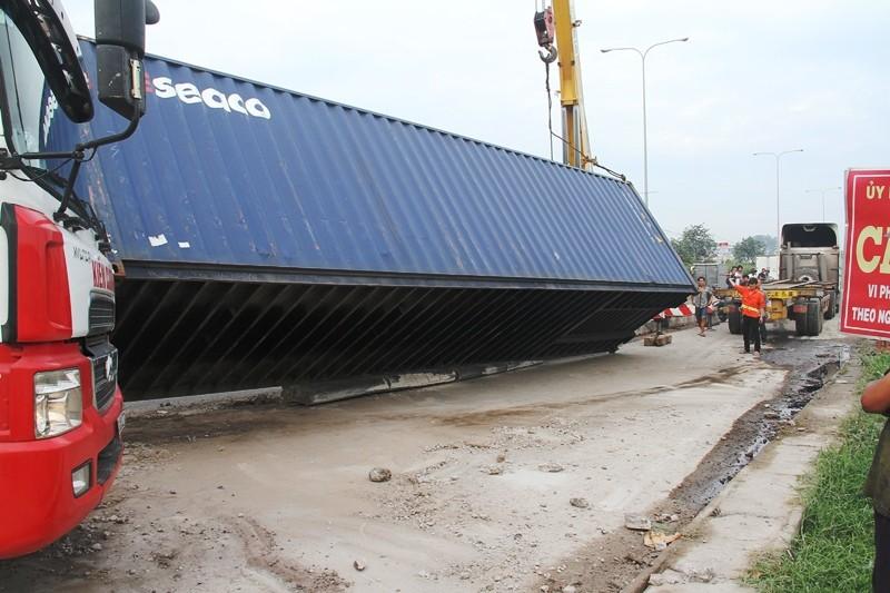 Xe đầu kéo tông nát dải phân cách, thùng container rơi xuống đường - ảnh 4
