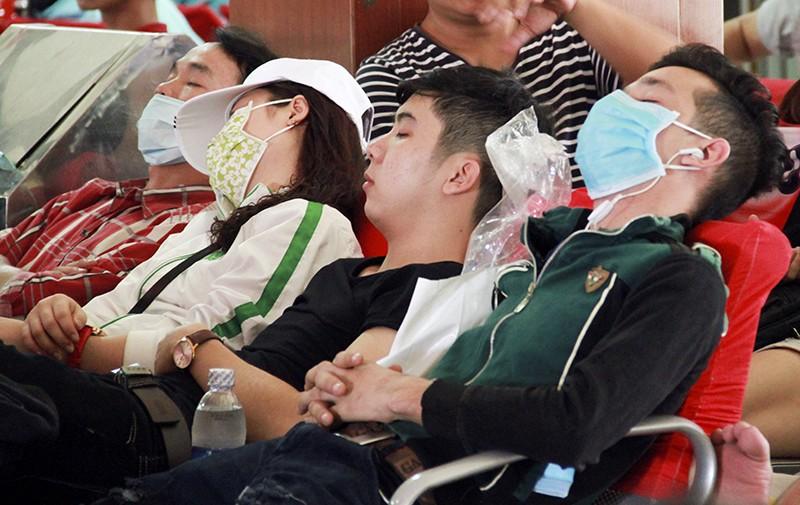 Những giấc ngủ mê ở bến xe ngày giáp Tết - ảnh 16