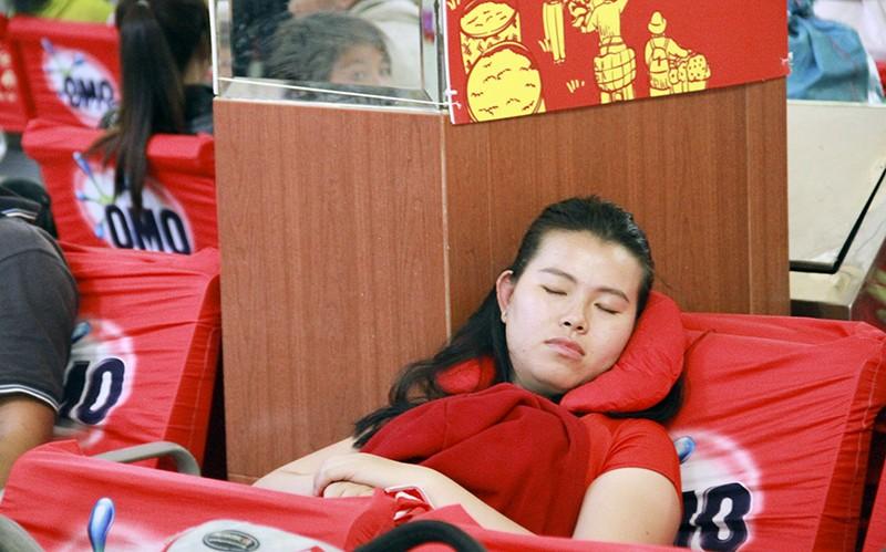 Những giấc ngủ mê ở bến xe ngày giáp Tết - ảnh 19