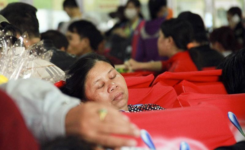 Những giấc ngủ mê ở bến xe ngày giáp Tết - ảnh 21