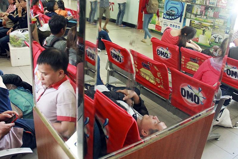 Những giấc ngủ mê ở bến xe ngày giáp Tết - ảnh 3