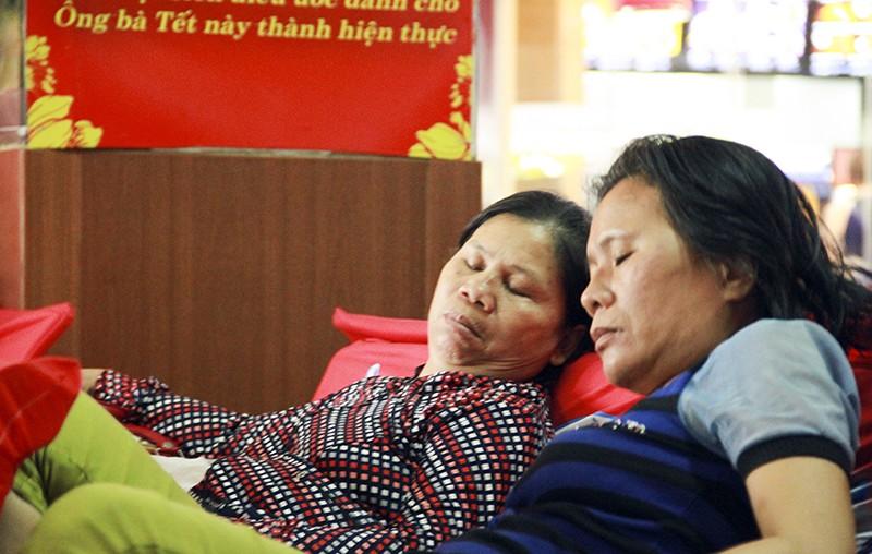 Những giấc ngủ mê ở bến xe ngày giáp Tết - ảnh 9