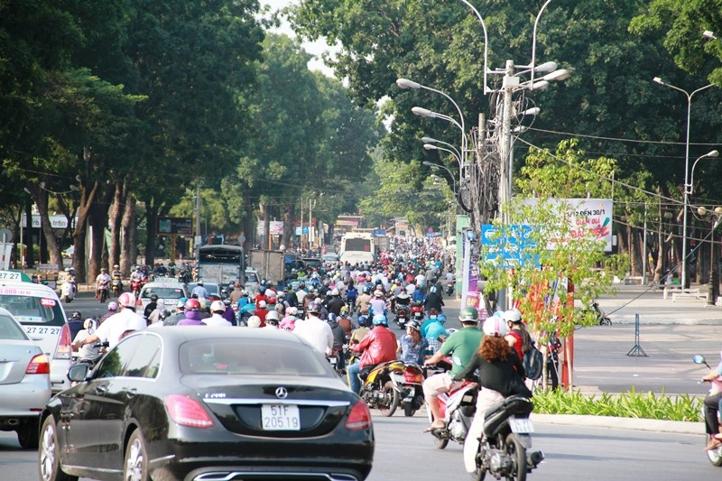 Phố Sài Gòn lại tất bật với xe cộ ngày làm việc đầu năm - ảnh 10