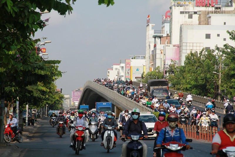 Phố Sài Gòn lại tất bật với xe cộ ngày làm việc đầu năm - ảnh 1