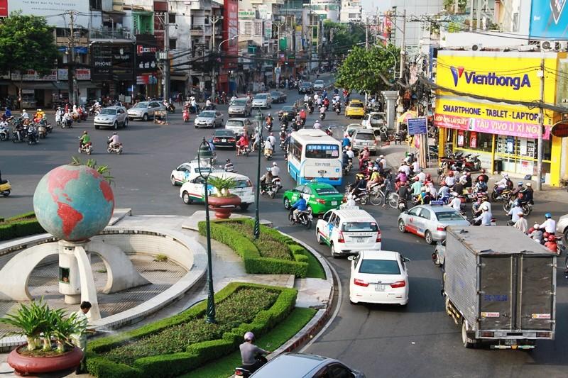 Phố Sài Gòn lại tất bật với xe cộ ngày làm việc đầu năm - ảnh 4