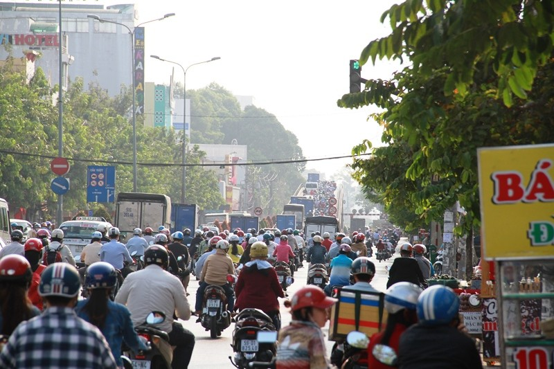 Phố Sài Gòn lại tất bật với xe cộ ngày làm việc đầu năm - ảnh 6