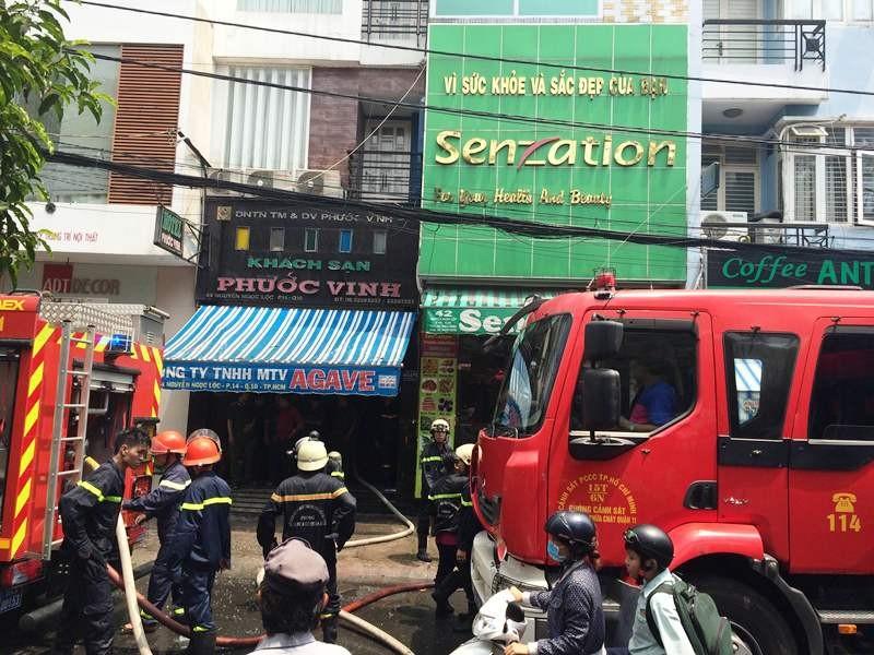 Cháy khách sạn sáu tầng, khách lưu trú hoảng loạn tháo chạy - ảnh 1