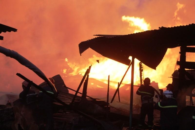 Xưởng gỗ hơn ngàn mét bùng lửa lúc rạng sáng - ảnh 1