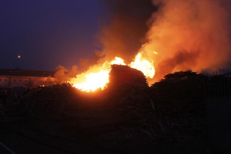 Xưởng gỗ hơn ngàn mét bùng lửa lúc rạng sáng - ảnh 2