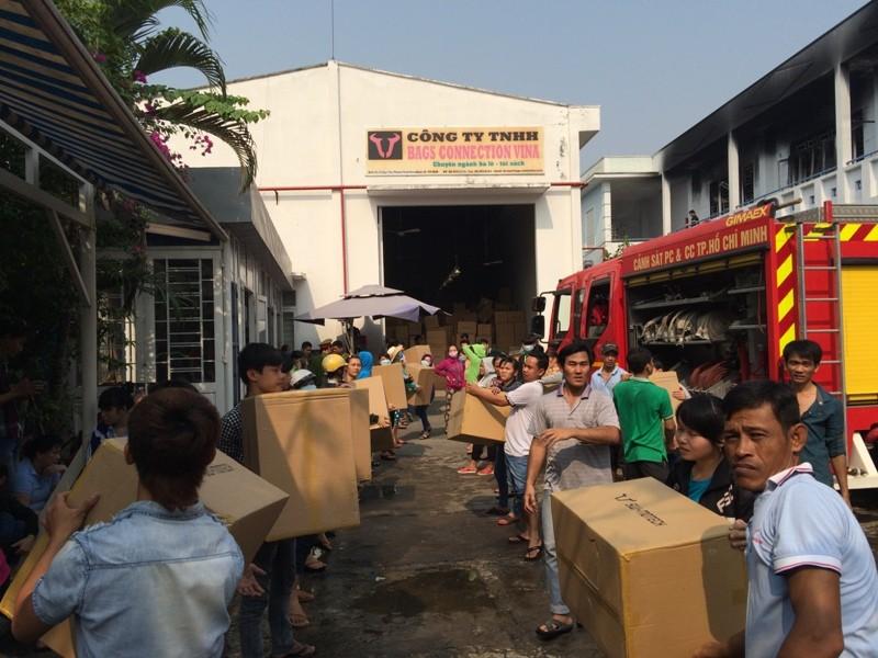 Khói lửa bao trùm xưởng may, hàng trăm công nhân chuyển đồ - ảnh 2