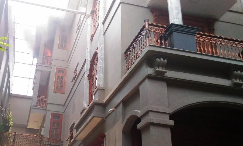 Biệt thự 4 tầng phát hỏa trong hẻm nhỏ - ảnh 1