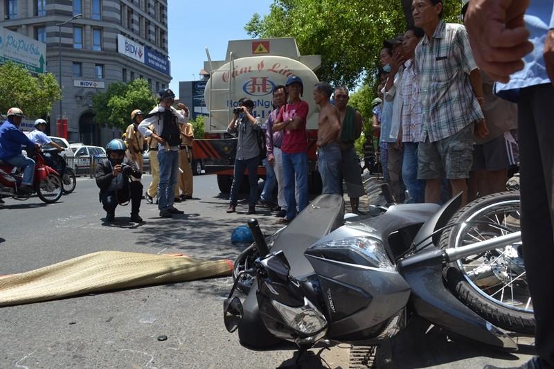 Dẫn xe máy đi bộ, người đàn ông bị xe bồn cán chết - ảnh 1
