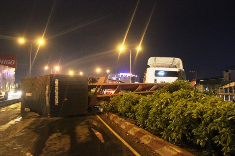 Xe container đổ dốc, lật nhào trên cầu vượt Bình Phước - ảnh 1