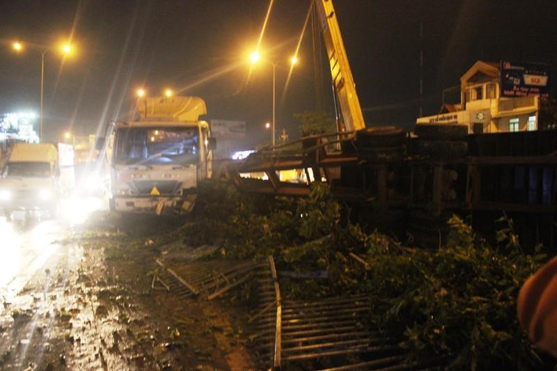 Xe container đổ dốc, lật nhào trên cầu vượt Bình Phước - ảnh 2