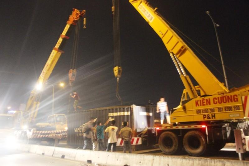 Xe container đổ dốc, lật nhào trên cầu vượt Bình Phước - ảnh 3