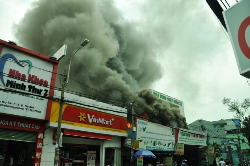 Gara ô tô bùng cháy lớn - ảnh 1