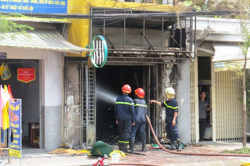 Thanh niên nghi ngáo đá lao vào cửa hàng gas, châm lửa tự sát - ảnh 4