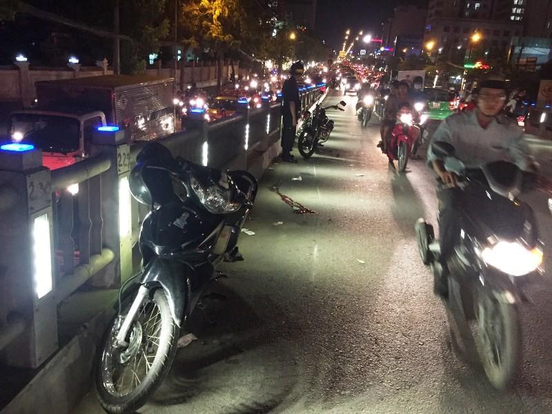 Cảnh sát cơ động TP.HCM đưa người gặp tai nạn đi cấp cứu - ảnh 1