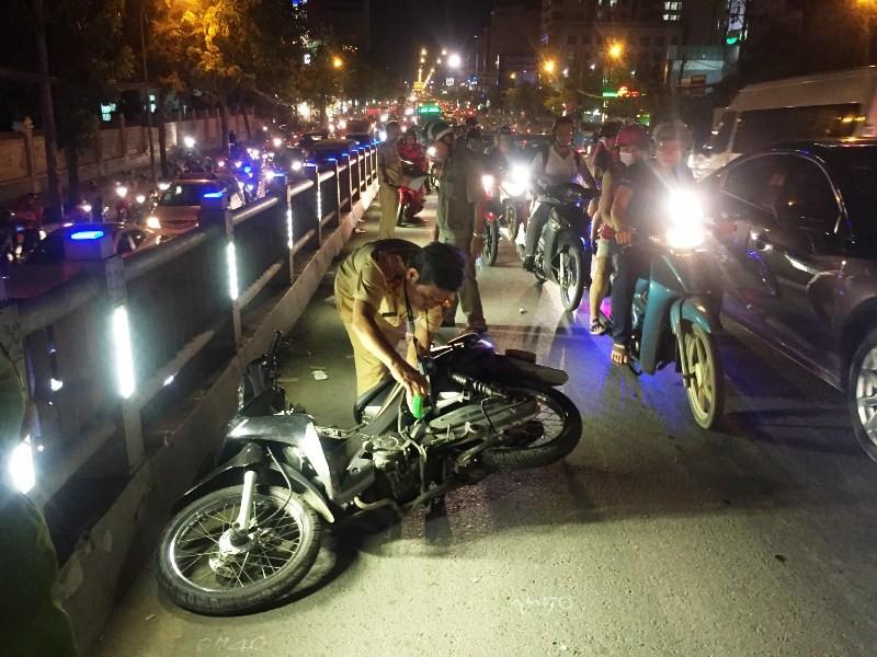 Cảnh sát cơ động TP.HCM đưa người gặp tai nạn đi cấp cứu - ảnh 2