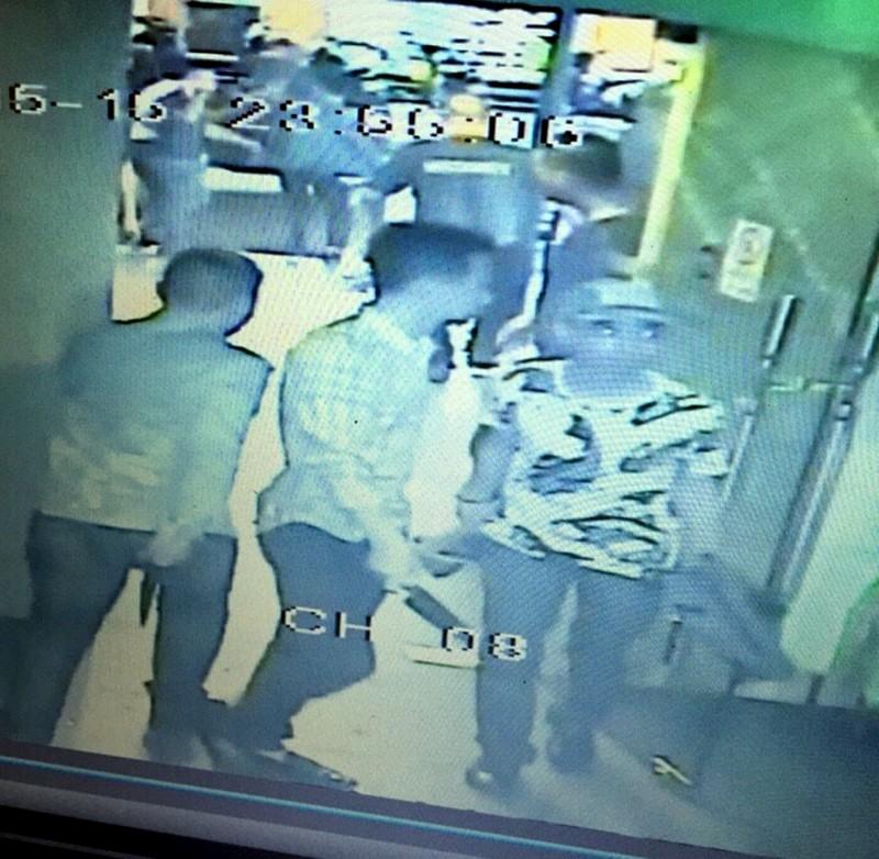 Bị bắt vì tấn công người trong quán bar - ảnh 1