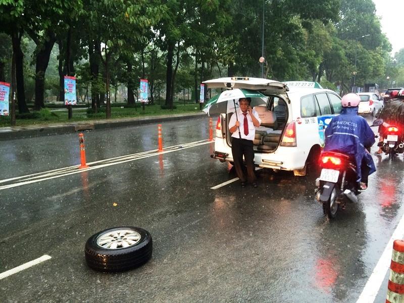 Xe taxi rớt bánh khi chở 7 hành khách đến sân bay Tân Sơn Nhất - ảnh 1