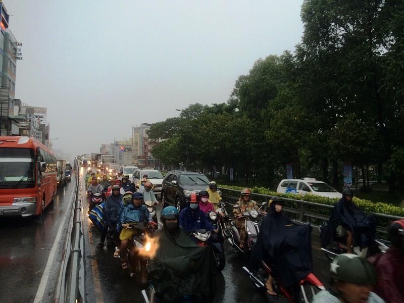 Xe taxi rớt bánh khi chở 7 hành khách đến sân bay Tân Sơn Nhất - ảnh 3