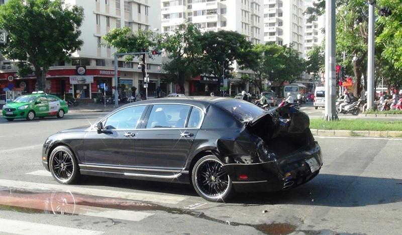 Siêu xe Bentley bị xe container tông nát đuôi - ảnh 1
