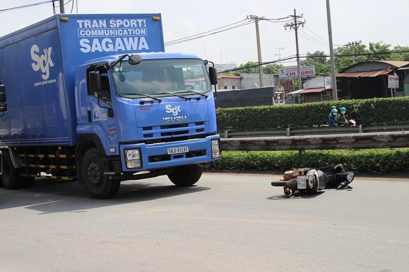 Xe tải kéo lê xe máy, hai người nguy kịch - ảnh 1