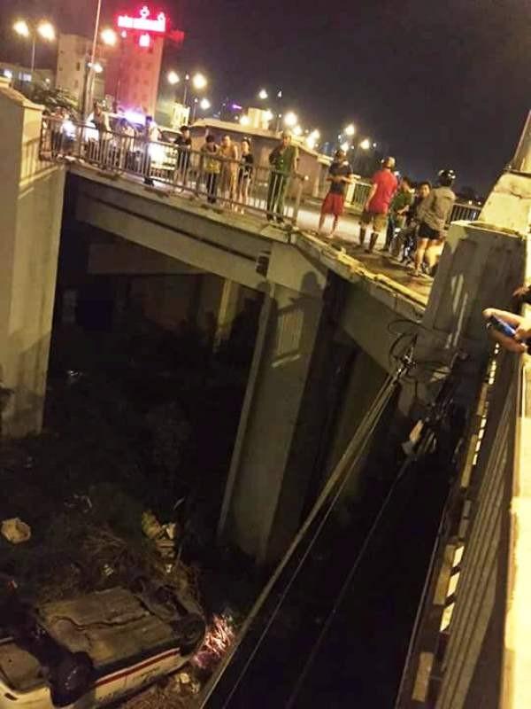 Taxi lao qua lan can, rơi xuống chân cầu Chữ Y  - ảnh 2