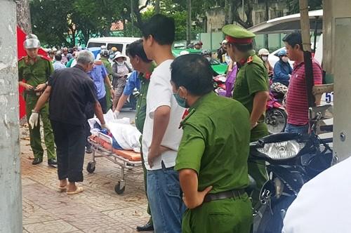 Người phụ nữ bán vé số hộc máu tử vong bên đường