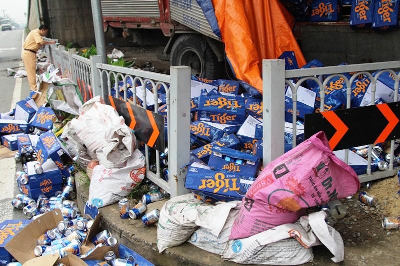 Hàng chục thùng bia đổ lăn lóc khắp nơi sau sự cố