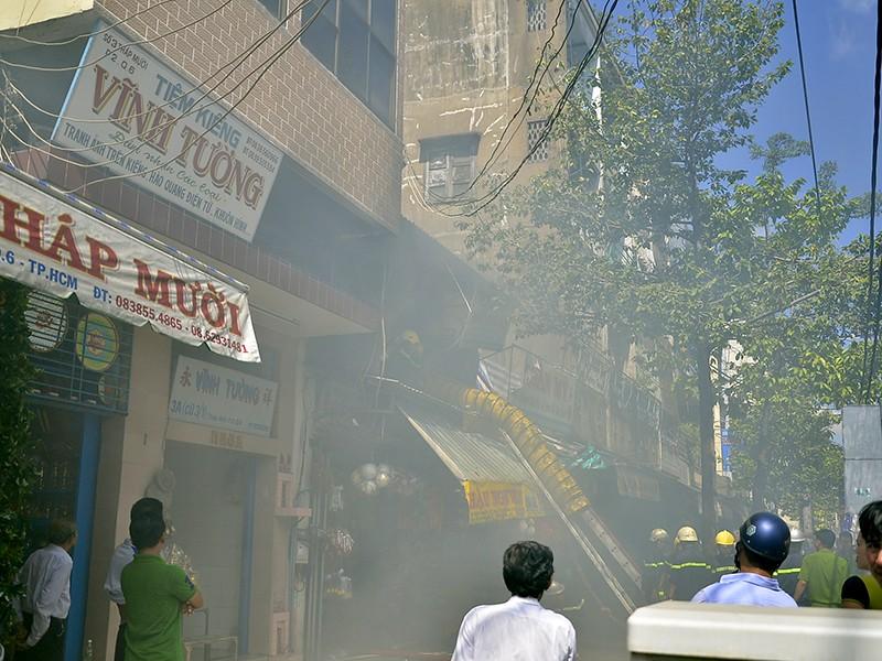 Đám cháy bùng phát ở khu vực chuyên bán hoa, vải, trái cây nhựa... sáng ngày 7-1