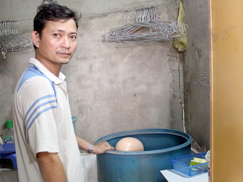 Người chồng khai cắt tay vợ rồi bỏ vào thùng nước