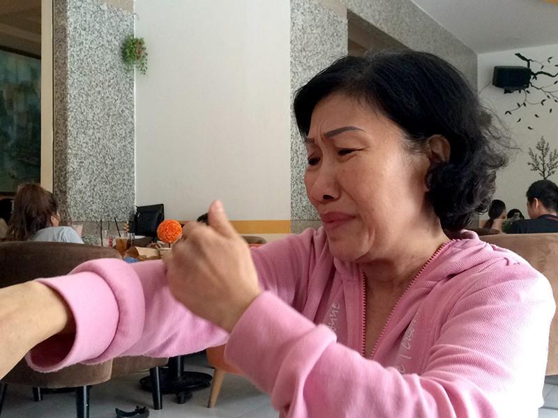 Bà Tươi bàng hoàng kể lại giây phút chứng kiến con trai bị giang hồ chém gục trong quán cà phê