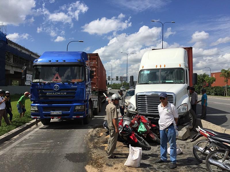Chiếc xe container sau khi va chạm ô tô thì húc văng dải phân cách tông vào nhiều xe máy trên xa lộ Hà Nội