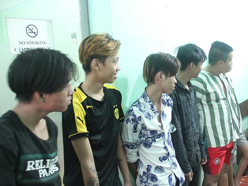 Công an quận Bình Thạnh hiện đang tạm giữ hình sự 6 đối tượng trong băng nhóm cướp giật