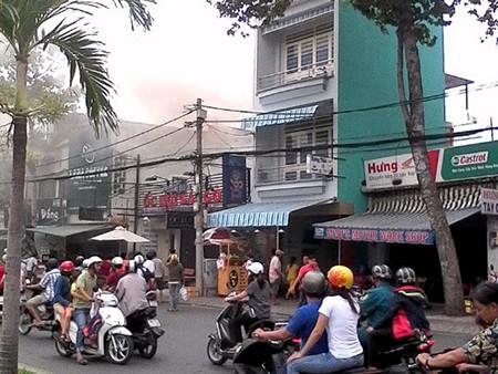 Quán rang xay cà phê trên đường Hoàng Sa phát hỏa - ảnh 1
