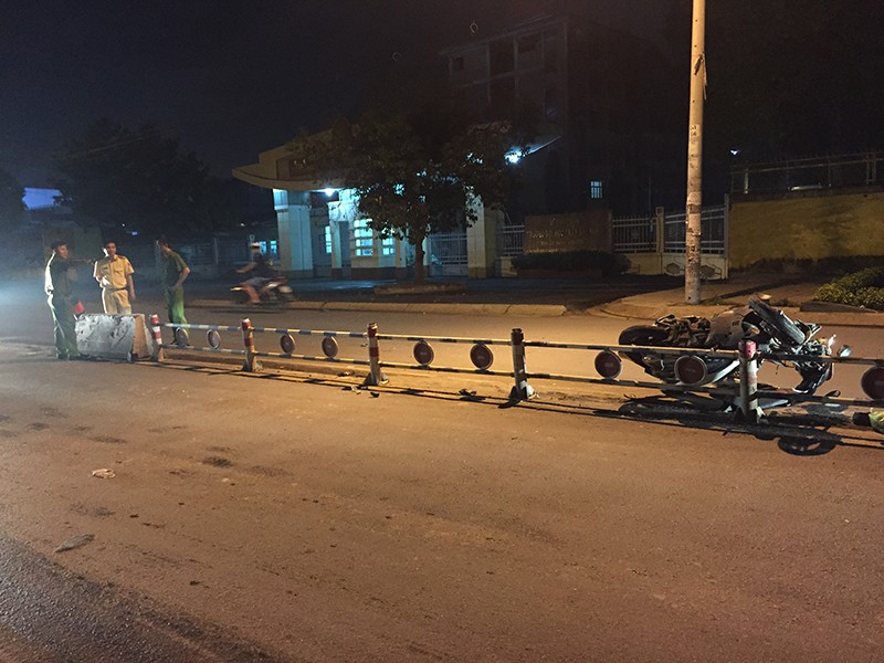 Trước đó, tối ngày 19-7, một nữ sinh cũng bị thương nặng khi tông dải phân cách văng xa 10 mét