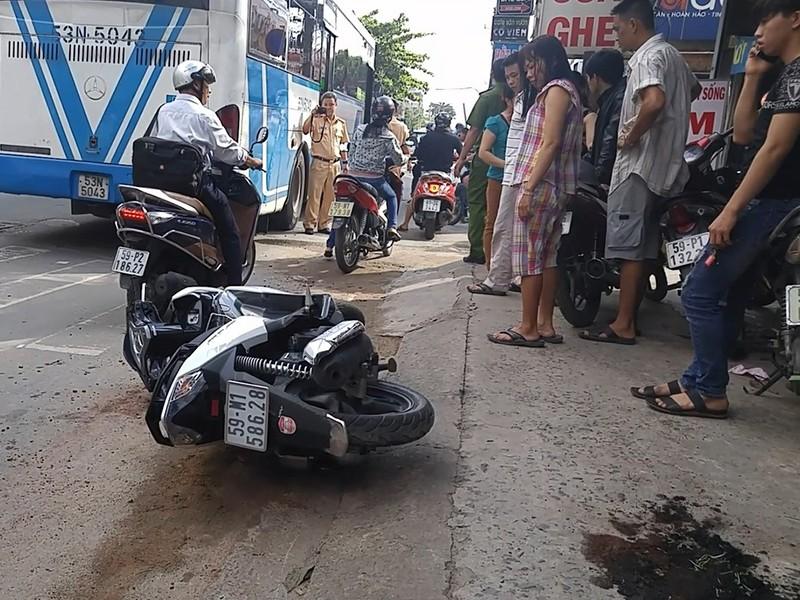 Cô gái điều khiển xe máy trên đường Phan Huy Ích thì va chạm xe buýt, bị bánh xe cán phải hai tay