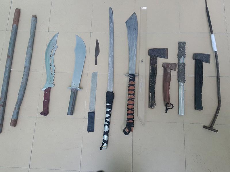 Nhiều hung khí như dao, mã tấu, búa... bị cơ quan chức năng thu giữ.