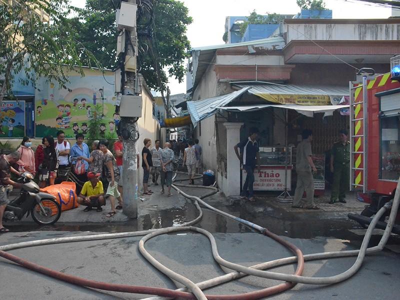 Đám cháy xuất phát từ một căn nhà trong hẻm nhỏ trên đường An Bình (quận 5, TP.HCM) khiến người dân hốt hoảng