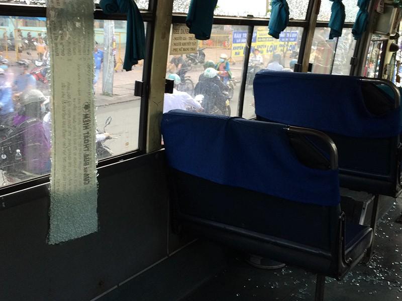 Kính xe buýt bị vỡ, văng tung tóe khắp nơi khiến hành khách trên xe hoảng loạn.