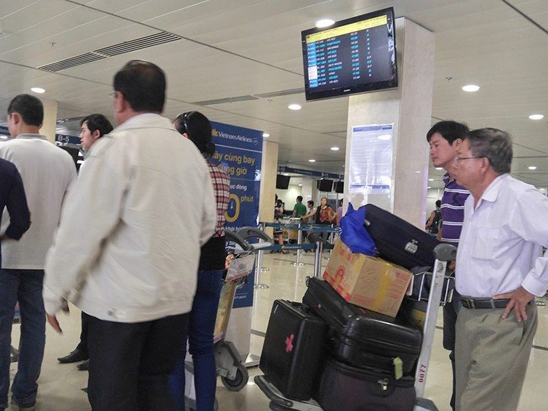 Hàng khách trật tự xếp hàng để hoàn thành các thủ tục trước khi lên máy bay