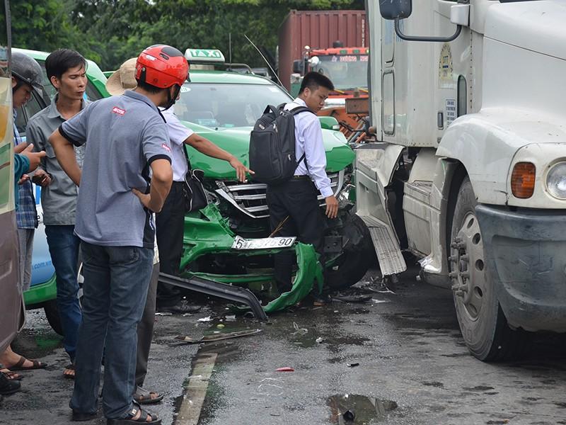 Vụ va chạm liên hoàn xảy ra trên đại lộ Nguyễn Văn Linh sáng nay (2-8)