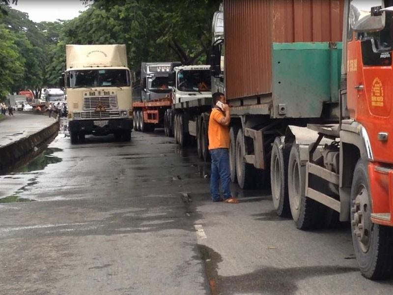 Các phương tiện sau va chạm nằm chằn trên đường khiến giao thông bị ùn ứ nghiêm trọng